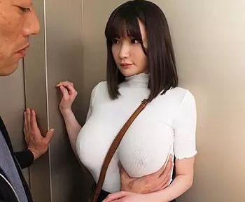 エレベーターの密室でノーブラ爆乳の美女に我慢できずサンプル画像
